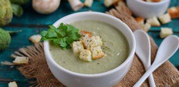 Суп-пюре из брокколи с креветками и крутонами