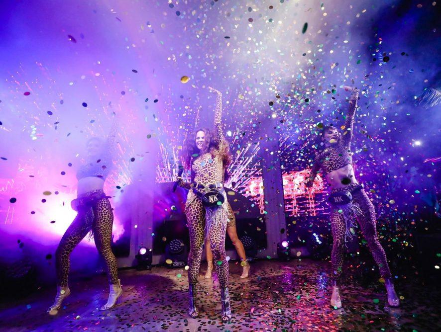 Настя Каменских устроила горячую леопардовую вечеринку и позвала звездных друзей