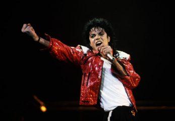 Легендарную белую перчатку Майкла Джексона продали на аукционе