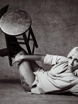 В рубашке Купера: Леди Гага снялась в новой фотосессии