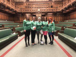 """Депутаты сыграли в футбол в британском парламенте и получили """"красную карточку"""" от спикера"""