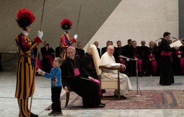 Шестилетний мальчик невольно стал звездой аудиенции Папы Римского