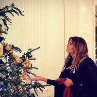 Меланья Трамп поделилась яркими рождественскими фото из Белого дома