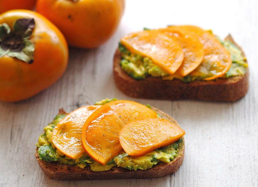 Сезонная закуска: бутерброд из хурмы и авокадо