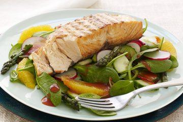 Новогодний рецепт: легкий салат с лососем