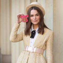 Полностью в Chanel: Кира Найтли пришла за наградой в Букингемский дворец