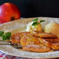 Постный завтрак: яблочные оладьи с корицей