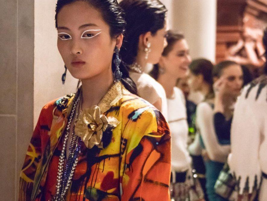 Яркие царицы среди каменных арок: В Нью-Йорке показали коллекцию Chanel Métiers d'Art