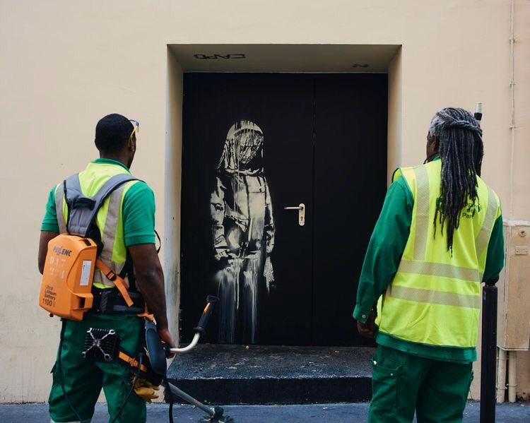 В Париже похитили дверь с работой Бэнкси, посвященной жертвам теракта