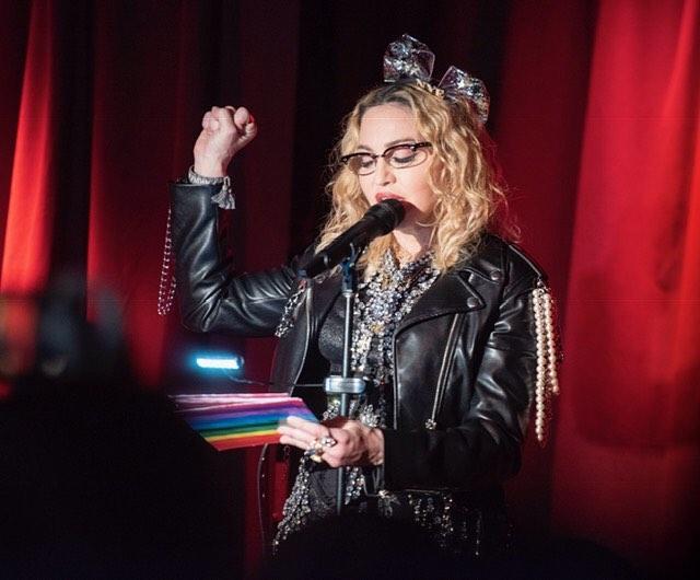 Мадонна вместе с сыном выступила в легендарном нью-йоркском гей-баре