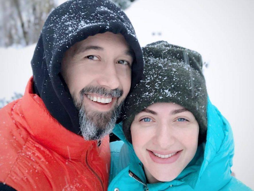 Супруги Снежана и Сергей Бабкины показали асану парной йоги