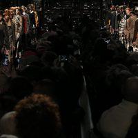 Прозрачные рубашки и твидовые костюмы: Fendi показали первую коллекцию по эскизам Карла Лагерфельда