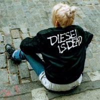 Diesel создал кампанию о тех, кто носит брендовую одежду с ценниками