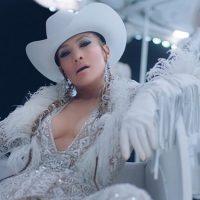 Вся в белоснежном и на пилоне: Дженнифер Лопес представила новый видеоклип