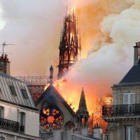 """""""Леди Парижа в огне"""":  мир с болью отреагировал на пожар в Нотр-Дам де Пари"""