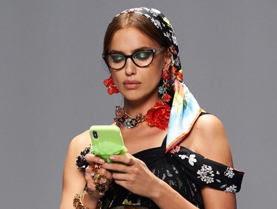 Микс гламура и тропиков: чувственная Ирина Шейк снялась в стильном ролике Versace