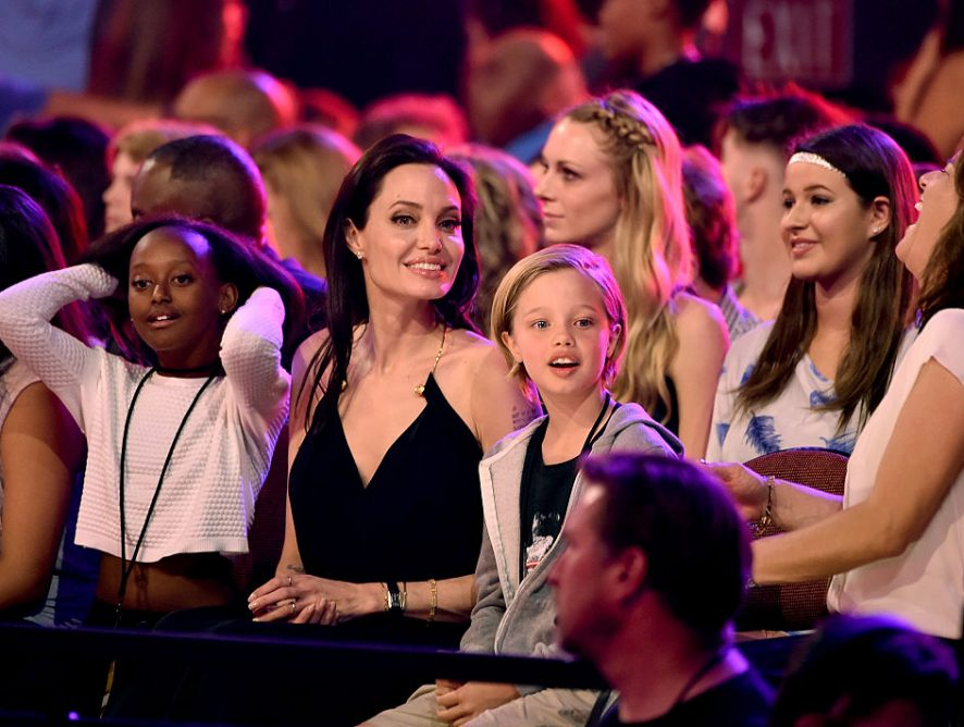 Дочь Джоли и Питта готовится к смене пола - СМИ
