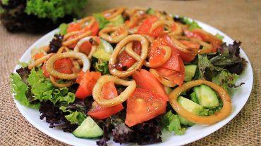Идея для ужина: теплый салат с кальмаром