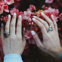 Гигантомания, многослойность, броши: какие украшения в моде весной-летом 2019
