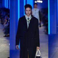 Поясные сумки и длинные майки без рукавов: в Китае состоялся показ мужской коллекции Prada