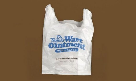 Стыдные надписи: канадский магазин креативно отучает покупателей брать пакеты