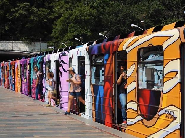 Поезд-мурал: в Киеве художники полностью разрисовали вагон метро