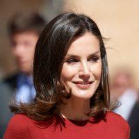 Хороша в красном: Королева Летиция посетила деловое мероприятие