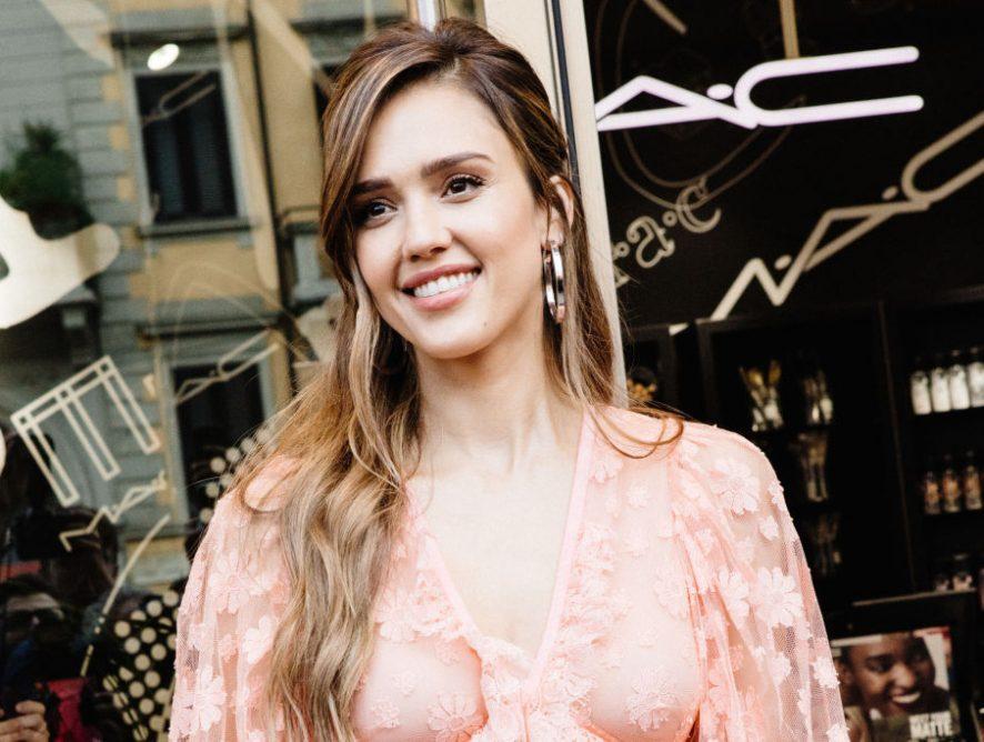 Соблазнительная Джессика Альба в романтичном платье покорила Нью-Йорк