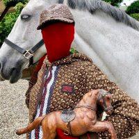 На фоне лошадей: Burberry показали кадры со съемки с анонимом