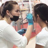 Нарощенные брови: что нужно знать о новом модном тренде