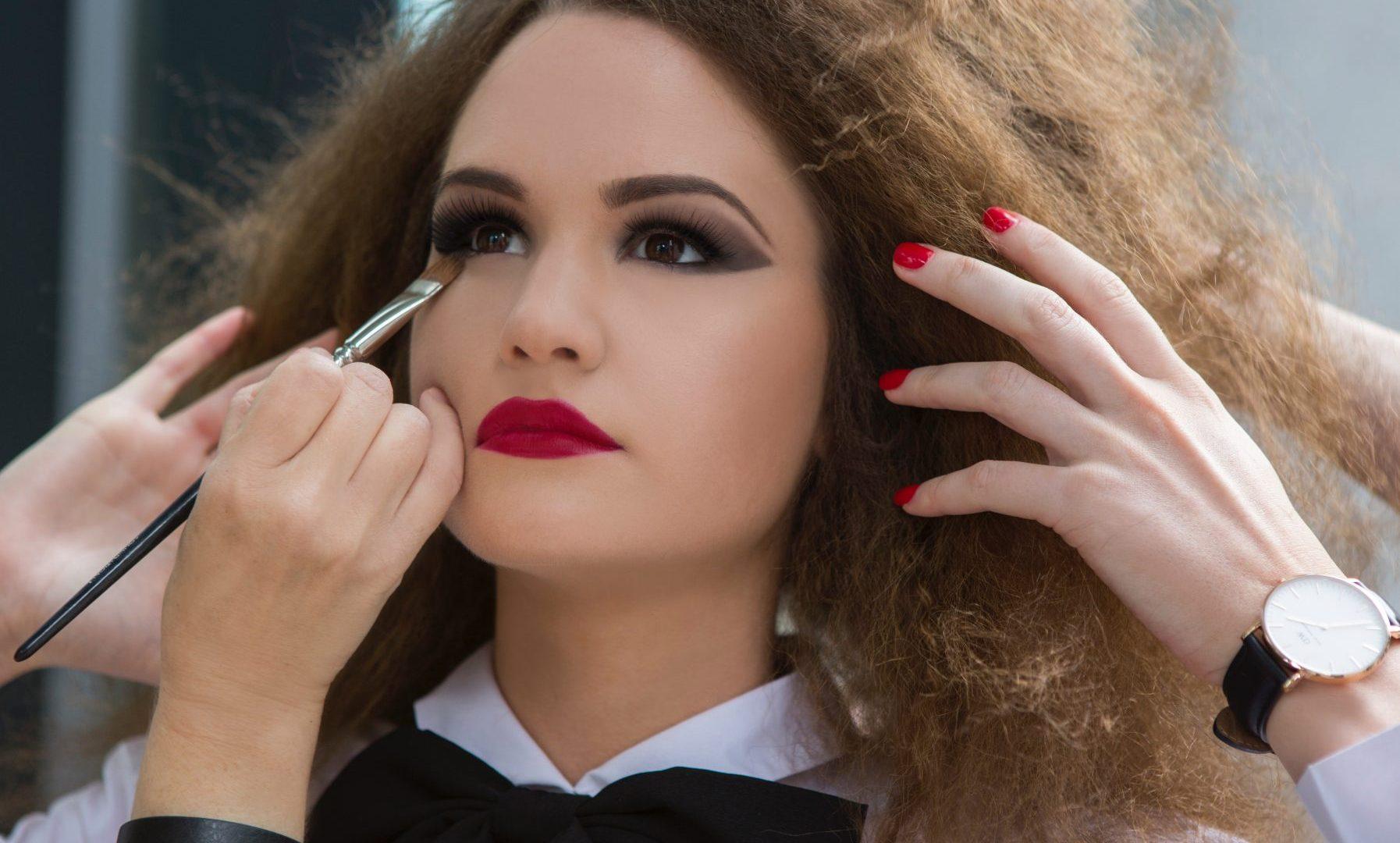 Ресницы-паучки, стиль девяностых и бронзинг: топ-5 трендов летнего макияжа 2019