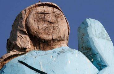 """""""Смурфетка"""": в Словении появилась забавная статуя Меланьи Трамп"""
