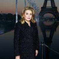 Катрин Денев в актуальной блузке посетила шоу Louis Vuitton в Париже