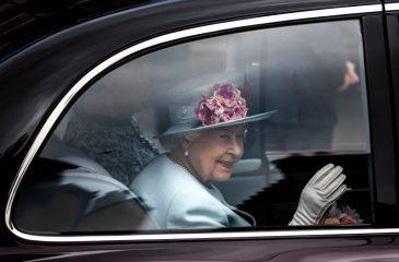 Королева Елизавета II поддержала принца Гарри и Меган Маркл