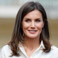 Осенний вариант: Королева Испании вышла в свет в кожаной юбке