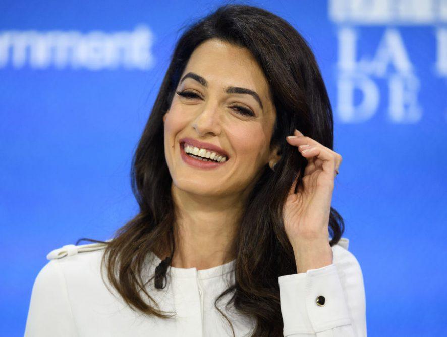 Амаль Клуни в элегантном мини-платье выбралась на летнюю вечеринку с мужем