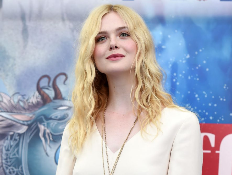 Сама элегантность: Эль Фэннинг в светлом платье блистала на кинофестивале в Италии