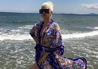 Фестиваль на курорте: Бужинская в ярком купальнике показала, как проводит лето в Болгарии