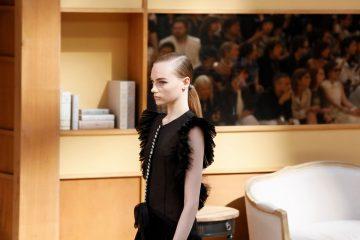 Отличница в библиотеке: Chanel в Гран-Пале показали кутюрную коллекцию