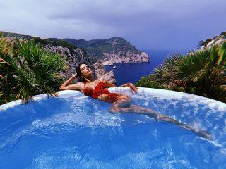 Алессандра Амбросио в пиджаке на голое тело украсила греческий Vogue