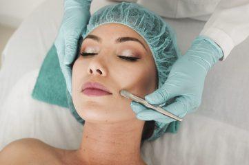 Какие пилинги можно делать летом: советы косметолога