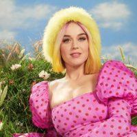 Кэти Перри похвасталась цветочным платьем на красной дорожке