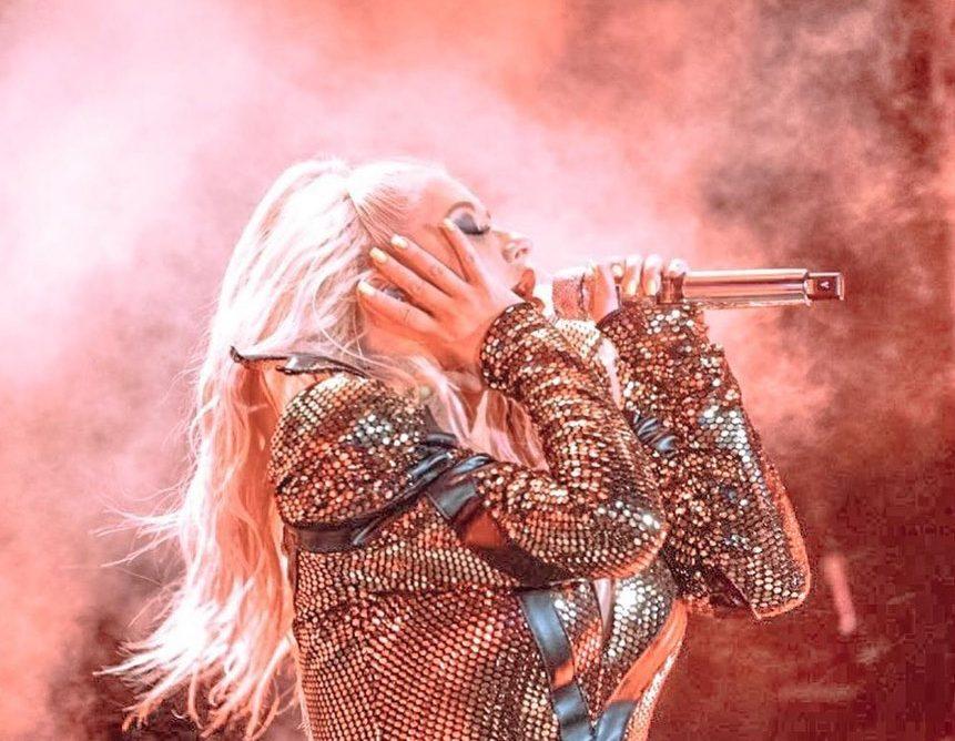 Кристина Агилера упала со сцены во время концерта