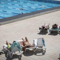 Женщинам разрешили плавать топлесс в бассейнах Барселоны