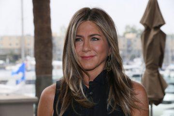 Дженнифер Энистон выбрала белый комбинезон для прогулки по Лос-Анджелесу