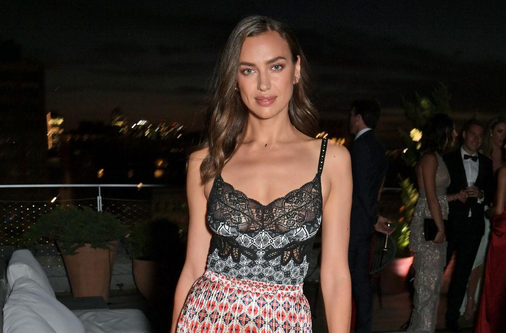 Ирина Шейк в стильном casual-образе появилась на модной тусовке