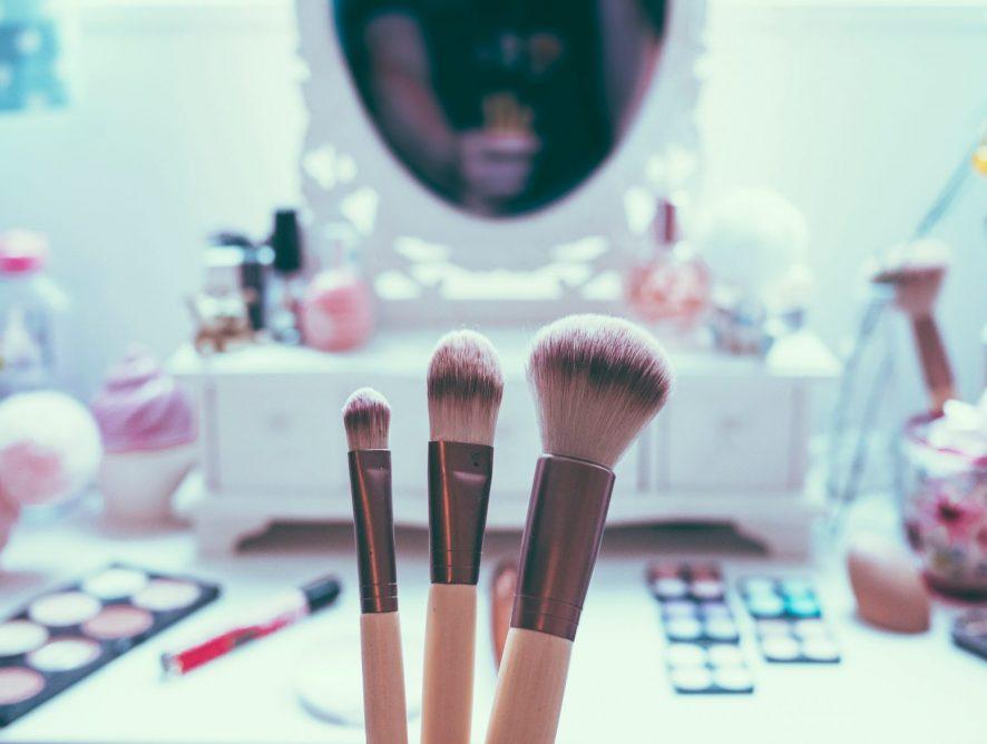 Бьюти-риатул: как правильно использовать пудру для бровей