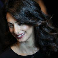 Шик и стиль на каждый день: Амаль Клуни облачилась в костюм от Burberry