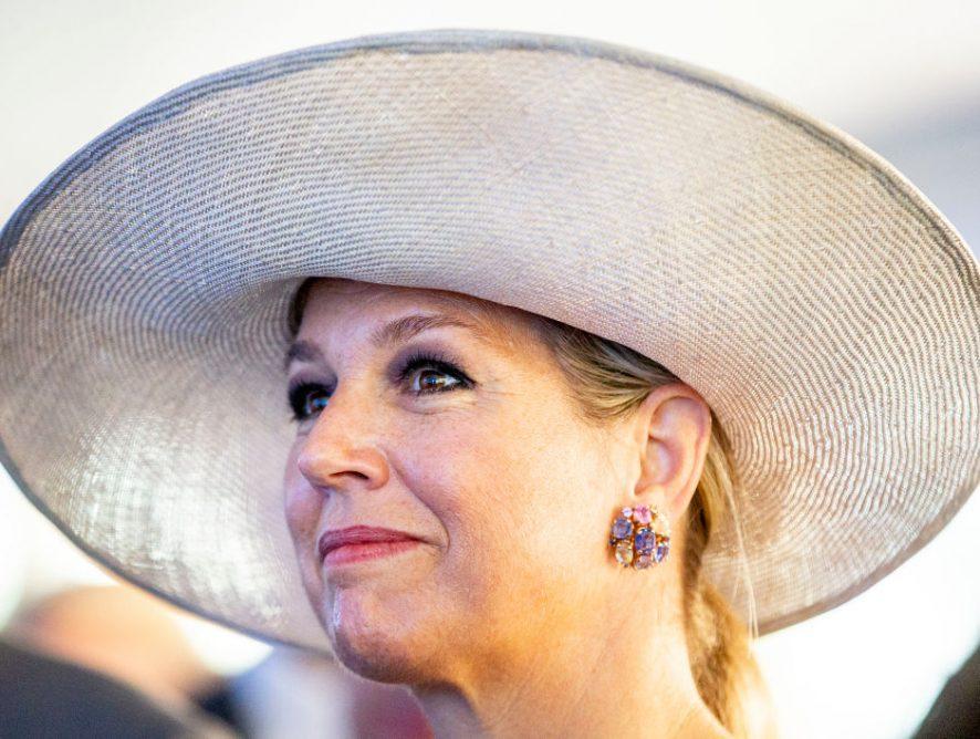 Цвета неба: королева Нидерландов в платье с декольте появилась на торжественном ужине