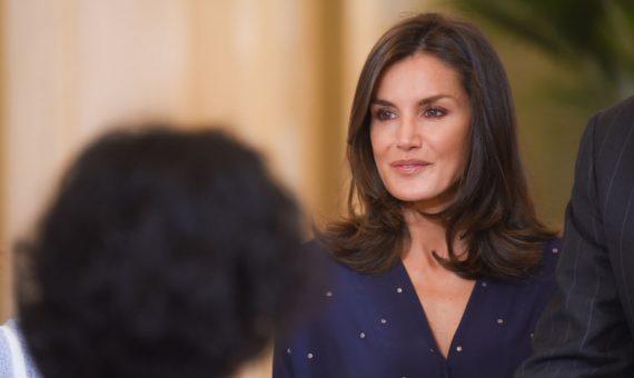 Королева Испании выбирает черный: элегантный образ Летиции в аэропорту
